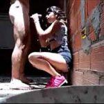 Botou a novinha gostosa pra mamar atrás do barraco da favela
