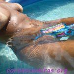 Morena gostosa pelada na piscina