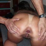 Exibindo o cu arrombado a esposa do corno